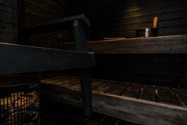 Tumma ja tunnelmallinen sauna.
