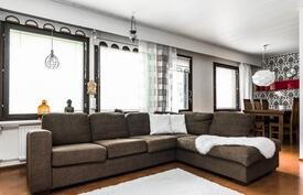 Ruokailutila, olohuone ja takkahuone yhdistyvät kivasti toisiinsa.