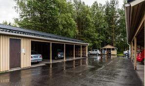 Jokaiselle huoneistolle on autokatospaikka.