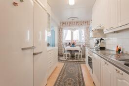 Keittiössä ruokailutila ja avoin käynti olohuoneeseen
