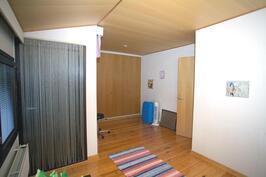 Yläkerran makuuhuone 2, josta pääsy parvekkeelle