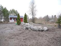 Nurmikko istuttamatta maatöiden jälkeen/ Gräsmattan är inte ännu planterad