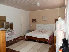 Isoin makuuhuone, jossa yksi vaatehuoneista