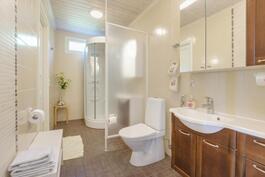 Yläkerran wc/suihkutilat