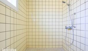 Valoisa kylpyhuone, jossa ikkuna