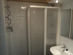Siisti kaakeloitu kylpyhuone/wc lattialämmityksellä.