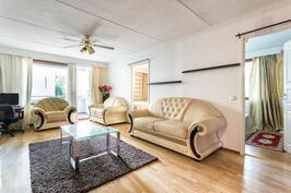 Olohuone - näkymä makuuhuoneisiin ja terasille/parvekkeelle