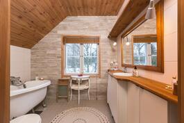 yläkerran kylpyhuone remontoitu 2013