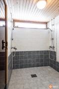 Saunan yht. oleva kylpyhuone