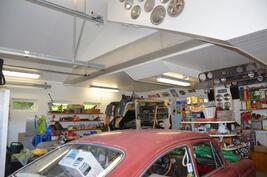 Autotallissa runsaasti työtilaa autojen edessä ja sivuilla, myös korkeutta riittää