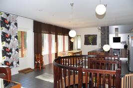 Avara ja valoisa olohuone, ruokailutila ja keittiö