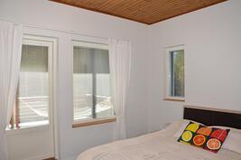 Makuuhuone 1, josta myös kulku suoraan koko talonlevyiselle terassille