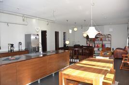 Keittiö ja ruokailutila käytännöllisesti yhtenäistä tilaa