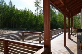 Talon levyinen iso aurinkoinen suojainen terassi auringonottoon, grillaamiseen...