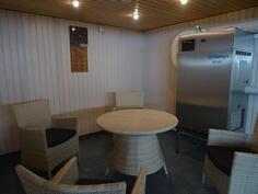 Viihtyisä sauna- ja allasosasto taloyhtiön tiloissa