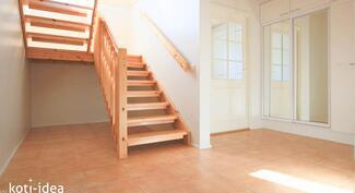 Avara sisääntulo, josta portaat yläkertaan