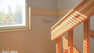Ikkuna tuo kauniisti valoa portaikkoon