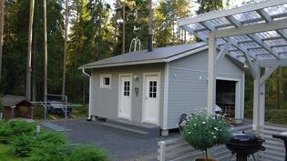 Piharakennuksessa sauna,varasto sekä autokatos