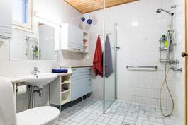 Tilava pesuhuone, jonka yhteydessä myös toinen wc-tila.