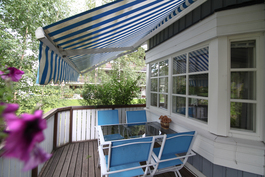 Markiiseilla yksityisyyttä ja sateen/auringon suojaa.