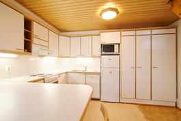 Keittiön kaapistojen jatkeena säiytystilaa muillekkin tavaroille.