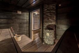 todella tyylikäs sauna IKI-kiukaineen ja kivitaustoineen