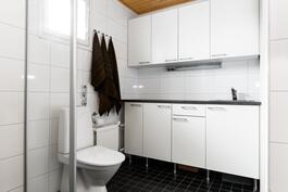Kylpy- ja kodinhoitotilat ovat kätevästi samassa kerroksessa kuin makuuhuoneet.