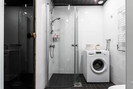 Kylpyhuone uusittu kokonaisuudessaan tämän päivän tyyliin.