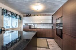 Upea, moderni, juuri valmistunut Puustellin keittiö.