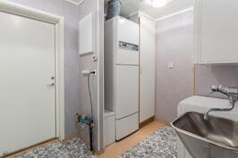 Kodinhoitohuone, josta käynti pihalle