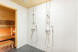 Kylpyhuoneessa tuplasuihkut