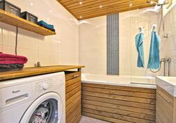 Kylpyhuoneessa käytännölisesti kodinhoitotilaa