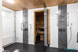 Tyylikkäästi remontoitu taloyhtiön saunaosasto