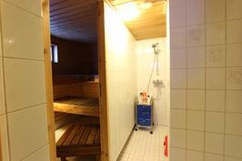 Saunaosaston kylpyhuone (alimmaisessa kerroksessa)