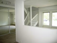 Keiittiöstä  olohuoneeseen ja portaikkoon