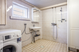 Kellarikerroksen kylpyhuone on remontoitu 2002, jolloin lisätty myös lattialämmitys