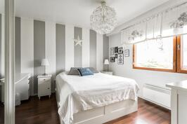 Tilava makuuhuone 1
