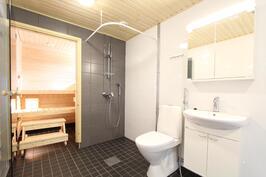 Sauna ja tilava kylpyhuone