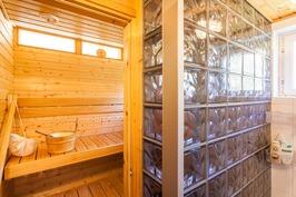 Pesuhuoneen ja saunan välillä lasitiiliseinä