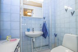 Alakerran WC saunaosaston yhteydessä