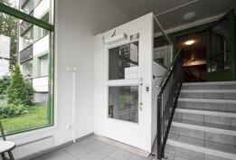 Ala-aulassa liikuntarajoitteisille tarkoitettu hissi.