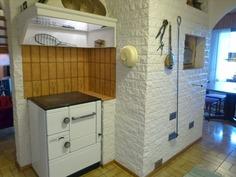 Puuhella ja leivinuuni keittiössä