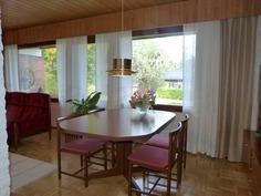 Olohuoneen ja keittiön välissä tilava ruokailutila
