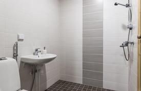 Tilava suihku ja toiset wc-kalusteet.