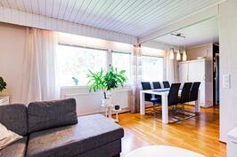 Olohuone ja ruokailutila viihtyisästi yhteydessä toisiinsa.
