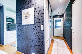 Eteisessä hyvin säilytystilaa, lisäksi reilun kokoinen vaatehuone ja lämmin sekä kylmä varastotila.