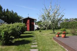 Puutarhan perällä erillinen varastorakennus