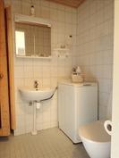 Kylpyhuoneen wc, lavuaari sekä pesukoneen paikka