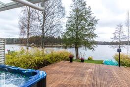 Omalta terassilta suoraan järvelle