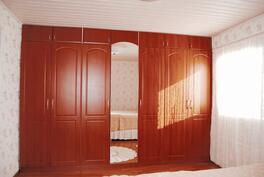 Master bedroomin kaapistot.